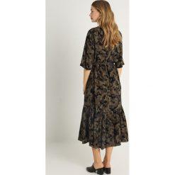 JUST FEMALE NAILA DRESS Długa sukienka dark green. Zielone długie sukienki JUST FEMALE, m, z materiału, z długim rękawem. Za 609,00 zł.