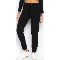 Czarne Spodnie Dresowe Interlace. Czarne spodnie dresowe damskie marki Born2be, l. Za 49,99 zł.