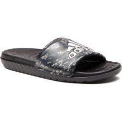 Klapki adidas - Voloomix BB7400  Cblack/Gretwo/Cblack. Czarne chodaki męskie Adidas, z materiału. Za 129,00 zł.