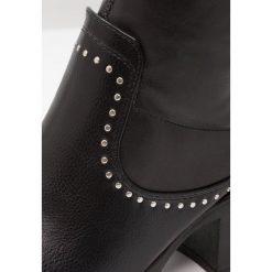 Glamorous Muszkieterki black. Różowe buty zimowe damskie marki Glamorous, z nadrukiem, z asymetrycznym kołnierzem, asymetryczne. W wyprzedaży za 189,50 zł.
