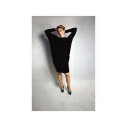 SUKIENKA NONE | LUŹNA KIMONO CZARNA. Czerwone sukienki z falbanami marki Meleksima, l, z materiału, midi, oversize. Za 132,30 zł.