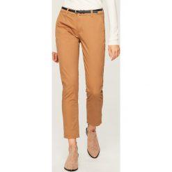 Spodnie chino z paskiem - Beżowy. Brązowe chinosy damskie marki Reserved. Za 69,99 zł.