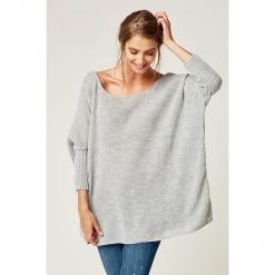 Sweter w kolorze jasnoszarym. Szare swetry klasyczne damskie marki SCUI. W wyprzedaży za 139,95 zł.