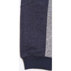 Guess Jeans - Spodnie dziecięce 118-175 cm. Szare jeansy męskie z dziurami marki Guess Jeans, l, z aplikacjami, z bawełny. W wyprzedaży za 99,90 zł.
