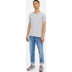 Jeansy regular comfort o średnim stopniu sprania. Niebieskie jeansy męskie regular marki House. Za 89,90 zł.