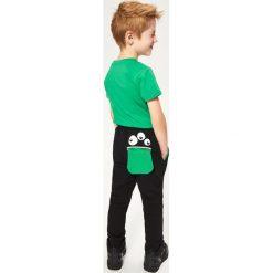 Spodnie dresowe - Czarny. Czarne chinosy chłopięce Reserved, m, z dresówki. W wyprzedaży za 29,99 zł.
