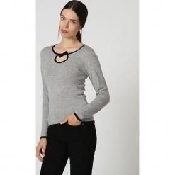Sweter w kolorze szarym. Szare swetry klasyczne damskie marki William de Faye, z kaszmiru, z okrągłym kołnierzem. W wyprzedaży za 136,95 zł.