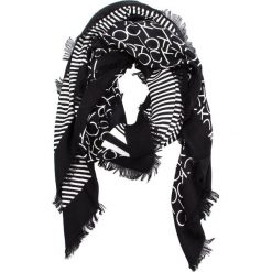 Chusta CALVIN KLEIN - Printed Ck Scarf K60K604704 101. Czarne chusty damskie Calvin Klein, z materiału. Za 229,00 zł.