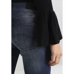 Tommy Jeans MID RISE SKINNY NORA 7/8 ZIP Jeans Skinny Fit texas dark blue stretch. Niebieskie jeansy damskie relaxed fit marki Tommy Jeans, z bawełny. W wyprzedaży za 356,85 zł.