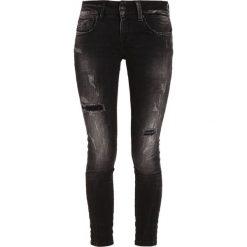LTB CYNTHIA Jeansy Slim Fit carma black wash. Czarne jeansy damskie marki LTB. W wyprzedaży za 191,40 zł.