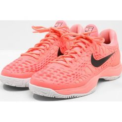 Nike Performance AIR ZOOM CAGE 3 HC Obuwie do tenisa Outdoor lava glow/black/white/hot punch. Czerwone buty do tenisa męskie Nike Performance, z materiału. W wyprzedaży za 384,30 zł.