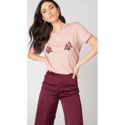 NA-KD T-shirt z haftowanymi kwiatami Peony - Pink. Różowe t-shirty damskie NA-KD, z haftami, z kwadratowym dekoltem. W wyprzedaży za 70,67 zł.