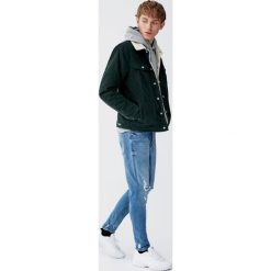 Jeansy carrot fit premium z przetarciami. Niebieskie jeansy męskie regular Pull&Bear. Za 139,00 zł.