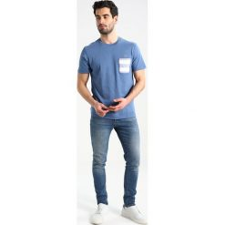 Lacoste REGULAR FIT Tshirt z nadrukiem king/flour. Niebieskie t-shirty męskie z nadrukiem Lacoste, m, z bawełny. Za 259,00 zł.