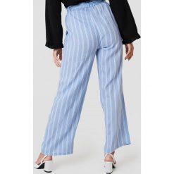 Spodnie z wysokim stanem: Andrea Hedenstedt x NA-KD Spodnie z wysokim stanem i wiązaniem - Blue,Multicolor