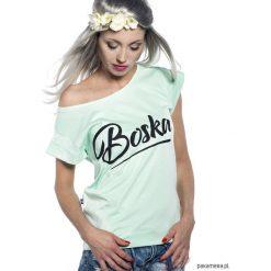 """Koszulka miętowa ,,Boska"""". Niebieskie bluzki z odkrytymi ramionami marki Pakamera, z bawełny. Za 79,00 zł."""
