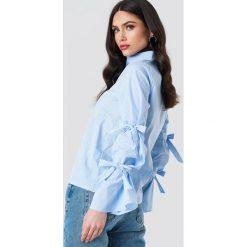 NA-KD Koszula z podwójnym wiązaniem - Blue. Niebieskie koszule wiązane damskie marki NA-KD, z podwójnym kołnierzykiem. Za 100,95 zł.