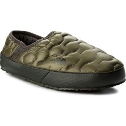 Kapcie THE NORTH FACE - Thermoball Traction Mule IV T9331EZFP Shiny Burnt Olive Green/Black Ink Green. Zielone kapcie męskie marki The North Face, z gumy. W wyprzedaży za 169,00 zł.
