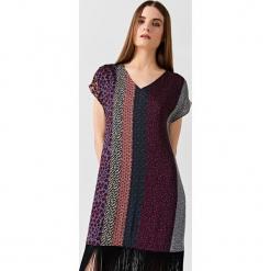 Simple - Sukienka. Sukienki małe czarne Simple, na co dzień, z materiału, casualowe, z krótkim rękawem, proste. W wyprzedaży za 399,90 zł.