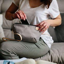 Torebka BEE LIGHT GREY. Szare torebki klasyczne damskie Pakamera, w geometryczne wzory, z tkaniny, małe. Za 170,00 zł.