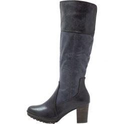 Jana Kozaki na platformie navy. Czarne buty zimowe damskie marki Kazar, z futra, przed kolano, na wysokim obcasie, na koturnie. W wyprzedaży za 179,40 zł.