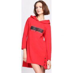 Czerwona Sukienka Good Influence. Czerwone sukienki asymetryczne Born2be, l, z aplikacjami, z dzianiny, z asymetrycznym kołnierzem, z długim rękawem, mini. Za 59,99 zł.