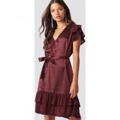 NA-KD Party Sukienka z brokatowymi falbankami - Red. Czerwone sukienki mini NA-KD Party, na imprezę, w paski, z tkaniny, dekolt w kształcie v. Za 141,95 zł.