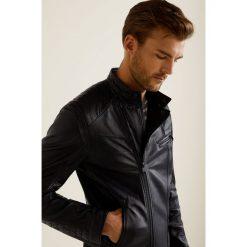 Mango Man - Kurtka skórzana Martin. Czarne kurtki męskie pikowane marki Mango Man, l, z bawełny. W wyprzedaży za 649,90 zł.
