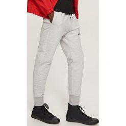 Spodnie dresowe basic - Jasny szar. Szare dresy chłopięce marki Reserved, z dresówki. W wyprzedaży za 49,99 zł.