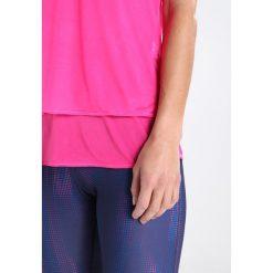 ODLO HOLOGRAM  Koszulka sportowa pink glo. Czerwone t-shirty damskie Odlo, m, z poliesteru. W wyprzedaży za 149,40 zł.