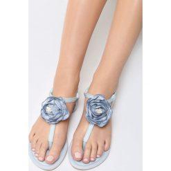Niebieskie Sandały Self-Obsession. Niebieskie sandały damskie marki vices, na płaskiej podeszwie. Za 59,99 zł.