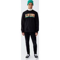Czarne jeansy carrot fit z efektem sprania. Czarne jeansy męskie relaxed fit Pull&Bear. Za 139,00 zł.