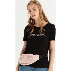 T-shirt z brokatową aplikacją - Czarny. Czarne t-shirty damskie Sinsay, l, z aplikacjami. Za 19,99 zł.