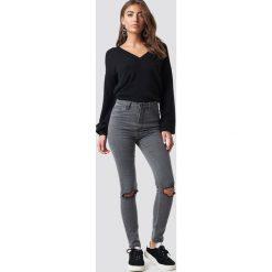 Luisa Lion x NA-KD Jeansy z rozdarciami na kolanach - Grey. Zielone jeansy damskie marki Emilie Briting x NA-KD, l. Za 161,95 zł.
