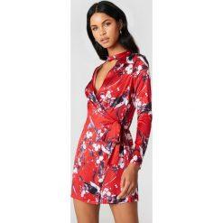 Boohoo Kopertowa sukienka w kwiaty - Multicolor. Różowe długie sukienki marki Boohoo, w kwiaty, z poliesteru, z kopertowym dekoltem, z długim rękawem, kopertowe. W wyprzedaży za 36,59 zł.