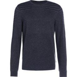 Calvin Klein SAMBAR DEGRADE Sweter gunmetal heat. Pomarańczowe kardigany męskie marki Calvin Klein, l, z bawełny, z okrągłym kołnierzem. W wyprzedaży za 359,40 zł.