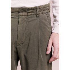 Chinosy męskie: DRYKORN CHASY Spodnie materiałowe olive