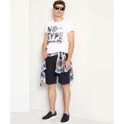 T-shirty męskie: T-SHIRT KRÓTKI RĘKAW MĘSKI GŁADKI, Z NADRUKIEM