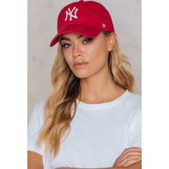 47 Brand Czapka New York Clean Up - Red. Czerwone czapki z daszkiem damskie marki 47 Brand. W wyprzedaży za 66,57 zł.