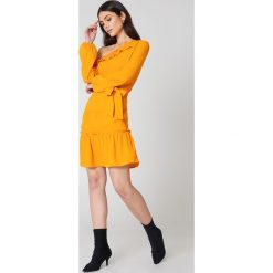 NA-KD Boho Sukienka z odkrytymi ramionami - Orange. Pomarańczowe sukienki asymetryczne marki NA-KD Boho, z tkaniny, boho, z asymetrycznym kołnierzem. W wyprzedaży za 73,17 zł.