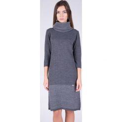 Długi sweter z golfem QUIOSQUE. Szare golfy damskie marki QUIOSQUE, z wiskozy, z długim rękawem. W wyprzedaży za 69,99 zł.