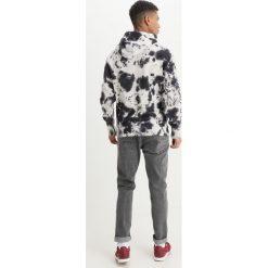 Tigha PERK Bluza z kapturem white/black. Białe bluzy męskie rozpinane Tigha, m, z bawełny, z kapturem. W wyprzedaży za 356,30 zł.
