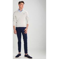 Polo Ralph Lauren Sweter light grey heather. Szare swetry klasyczne męskie marki Polo Ralph Lauren, m, z bawełny, polo. W wyprzedaży za 495,20 zł.