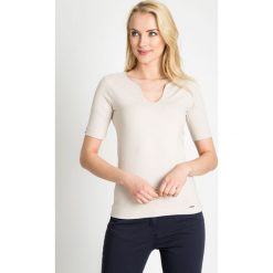 Bluzki damskie: Beżowa gładka bluzka z dekoltem QUIOSQUE