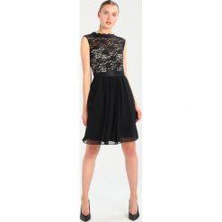 Swing Sukienka koktajlowa black. Czarne sukienki koktajlowe marki Swing, z materiału. W wyprzedaży za 408,85 zł.