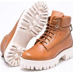 Steve Madden - Botki Boss. Szare buty zimowe damskie marki Steve Madden, z gumy, z okrągłym noskiem, na sznurówki. W wyprzedaży za 269,90 zł.