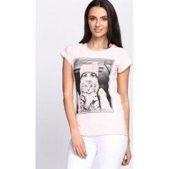 Bluzki damskie: Różowy T-shirt Who Smells Love