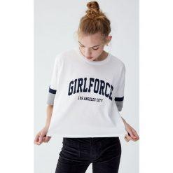 Koszulka college z panelem na rękawie. Niebieskie t-shirty damskie marki Pull&Bear. Za 49,90 zł.