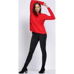 Czerwony Sweter Hope. Czerwone swetry klasyczne damskie Born2be, l, z dzianiny, z okrągłym kołnierzem. Za 79,99 zł.