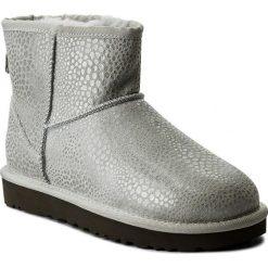 Buty UGG - W Classic Mini Glitzy 1019637  W/Grv. Szare buty zimowe damskie marki Ugg, z materiału, z okrągłym noskiem. W wyprzedaży za 519,00 zł.